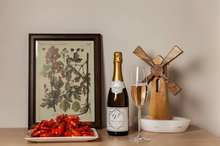 Verwood Estate Wines Sparkling Chardonnay Pinot Noir in a glass with a platter of fresh prawns